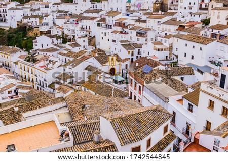 View of the town of Setenil de las Bodegas from the top of the hill. Setenil de las Bodegas, Cádiz, Andalucía, Spain, Europe Foto stock ©