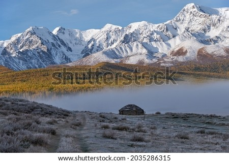 View on shepherd's house ail and Altai lake Dzhangyskol on mountain plateau Eshtykel. North Chui ridge is on background. Morning fog over water. Altai, Siberia, Russia Foto stock ©