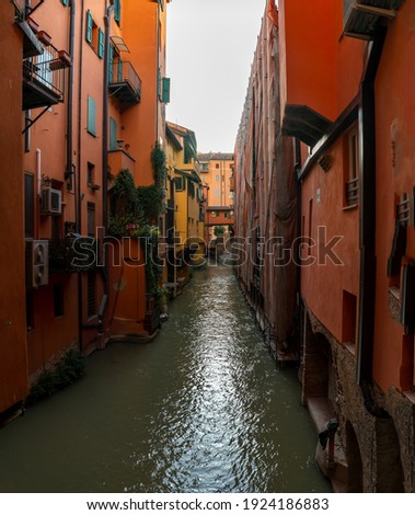 View on the canal on Via Piella, in Bologna, Italy. The old city's canal which still runs under the town. Travel and tourism place. Vertical photo Foto d'archivio ©