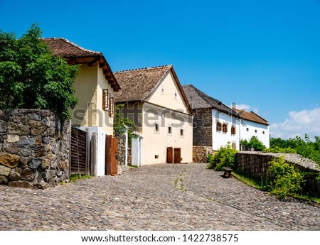 View on the streets and the traditional hungarian pise houses on a sunny day in Szentendre, Hungary on a sunny day. Foto stock ©
