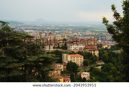 View over the Citta Alta (upper town) of Bergamo, Lombardy, Italy. The Bergamo cathedral is the see of an ancient Roman Catholic diocese and the city is home to many other old church buildings. Foto d'archivio ©