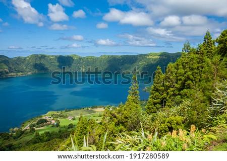 View to Green Lake and Blue Lake (Lagoa Verde and Lagoa Azul), Ponta Delgada, Sao Miguel island, Azores, Portugal  Foto stock ©