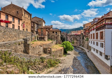Views of the medieval village of Potes with hanging houses and Deva river, Cantabria, Spain. Foto stock ©
