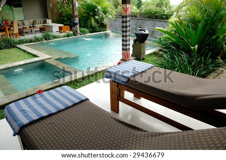 Villa with swimming pool and relaxation bed.
