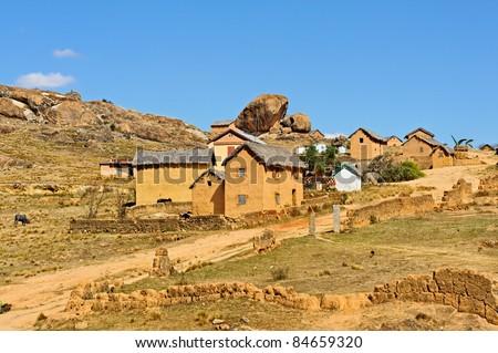 Village typique traditionnel du pays Imerina, sur la route d'Ampefy, non-loin d'Antanannarivo.