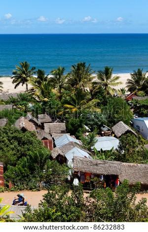 Ville de Soanirano Ivongo avec plage et cocotiers