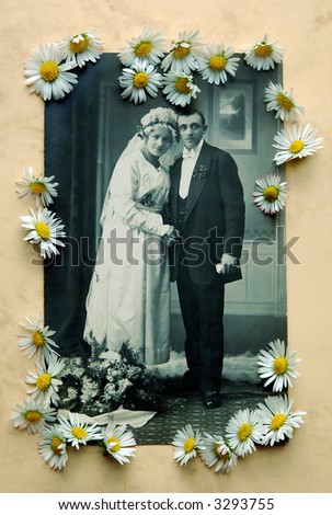 Vintage bridal pair with daisies