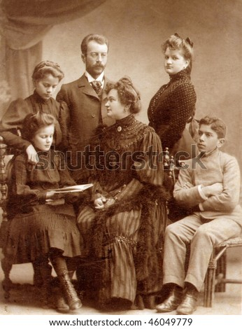Vintage family photo (circa 1910)