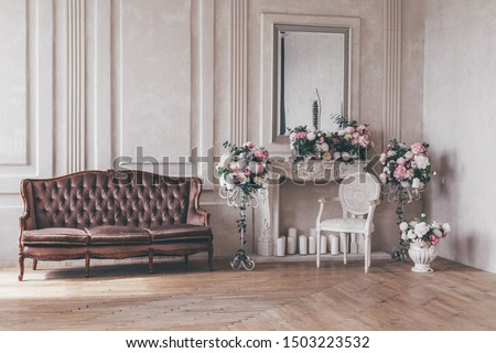 Vintage interior sofa with a vase of flowers in shabby chic style. Foto stock ©