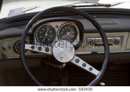 Vendimia Opel - coche alemán - primer del tablero deinstrumentos y de la rueda
