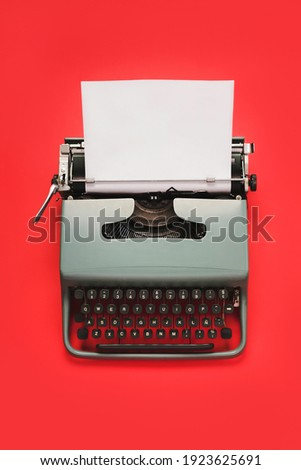 Vintage typewriter with white paper isolated over red background  Foto stock ©