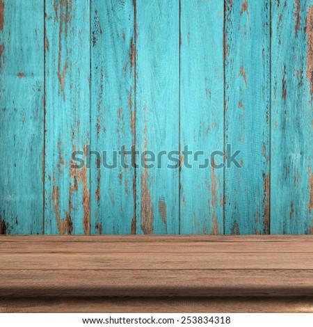 Vintage wood table in wood wall room. Foto stock ©
