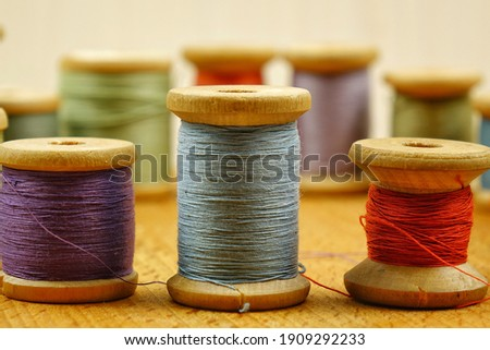 Vintage wooden spools of thread for sewing Foto stock ©