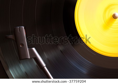 Vinyl disc playing in a slow photo. The main focus is in the disc.