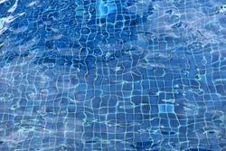 Vinyl liner, The pool water in the pool floor is dark blue.