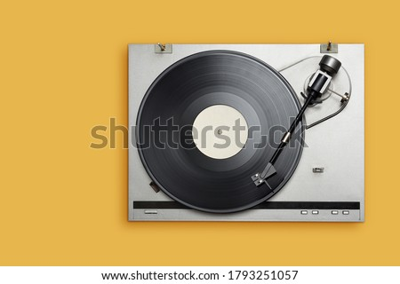 Vinyl player with long play or LP record on yellow background. Top view, copy space. Foto stock ©