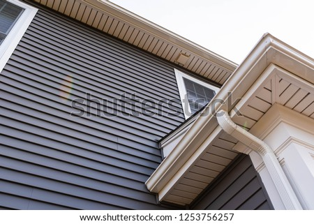 vinyl siding up the side of a new house Foto stock ©