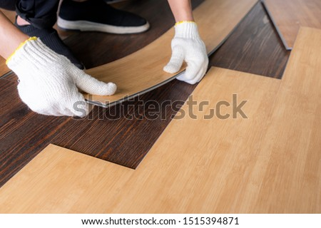 vinyl tile collection : Laying vinyl sheet click lock type to installing home floor decoration design , DIY as home flooring repairing or renovating concept Foto stock ©
