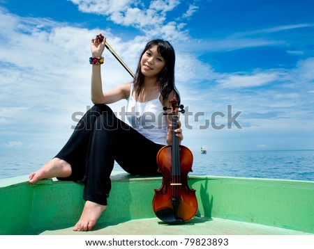 Violin player posing on the boat