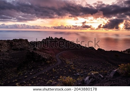 Volcanic material and path between volcanoes at sunset, on the west coast of the island of Palma, in the Canary Islands. Cumbre Vieja natural park Foto stock ©