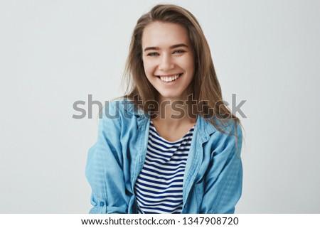 Waist-up shot tender carefree friendly-looking modern gorgeous european woman smiling pleased carefree having amusing funny conversation playing-around, laughing, enjoying sunny spring warm days