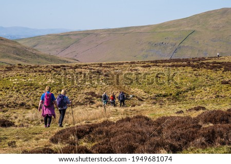 Walkers heading towards Bullpot. Ease Gill Kirk is one of the most atmospheric places in the Yorkshire Dales. It is a steep sided limestone gorge found towards the lower end of Ease Gill  Stockfoto ©