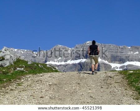walking girl in Italien Dolomites