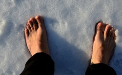 walking through the snow without boots. First take off your socks and then come across the snow cover. The legs are perfused and burning strongly. it is healthy