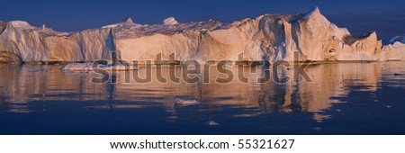 Wall of the Greenland ices and their reflexion in water