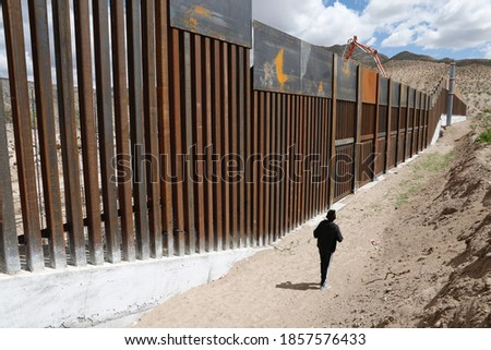Wall that divides the border between the city of Juarez, the Texas pass from the Mexican side, is the rancho anapra colony, the place where migrants cross to the United States illegally Сток-фото ©