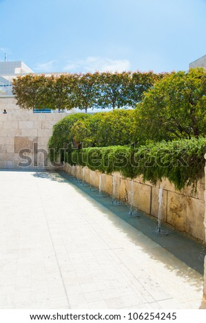Wall with travertine block