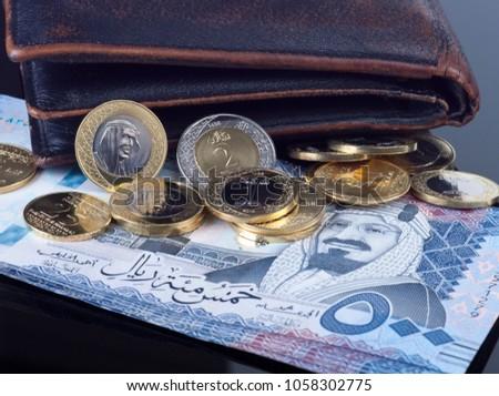Wallet with Saudi Riyal Coins and 500 Banknotes Stok fotoğraf ©