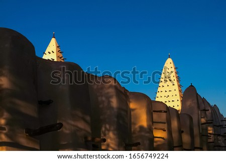 Walls and towers of the Mosque of Bobo-Dioulasso building exterior at sunset, landmark of Burkina Faso, West Africa. Foto stock ©