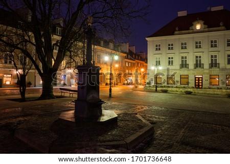 Warsaw city by night in Poland, empty New Town Market Square (Polish: Rynek Nowego Miasta), old well and historic tenement houses Zdjęcia stock ©