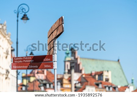 Warsaw, Poland old town historic street buildings in city during sunny summer day in castle square and direction information sign for Katedra Polowa Zdjęcia stock ©