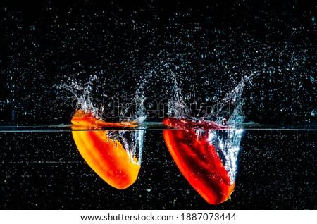 Wasser Fotos,Obst Fotos,Spritzendes Wasser Fotos,Erdbeere Fotos,Spritzer Fotos,Fallen Fotos,Unterwasseraufnahme Fotos,Apfel Fotos Foto stock ©