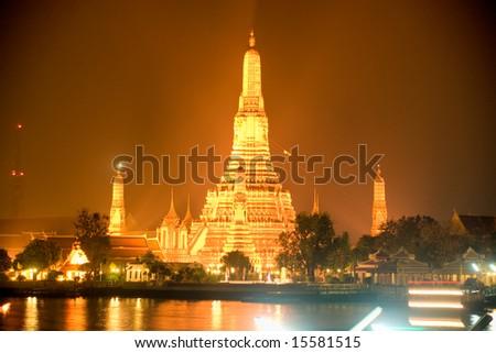 Wat Arun, The Temple of Dawn, at night, view from Tha Tien.  Bangkok, Thailandia.