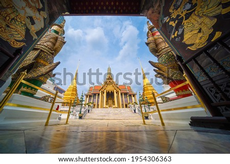 Wat Pra Kaew in Grand Palace Temple of the Emerald Buddha official name Wat Phra Si Rattana Satsadaram the landmark and famous place is travel destination in Bangkok,Thailand. Touring journey concept. Foto stock ©