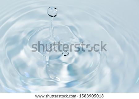 Water drops falling on water surface 商業照片 ©