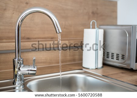 Water faucet in the kitchen. Running water from a tap.  Foto d'archivio ©