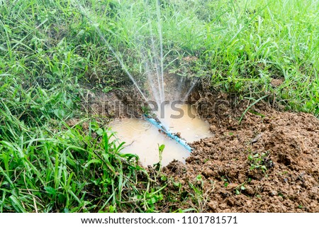 Water pipe break,leaking from hole in a hose  connection joint of plastic pipes Water supply system,selective focus Foto stock ©