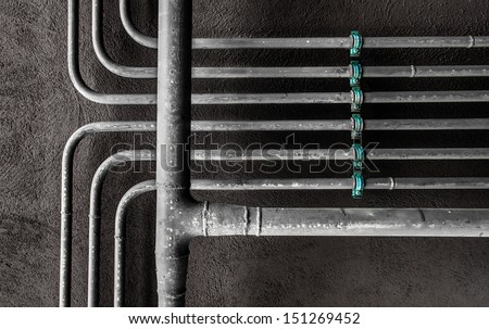 Water pipes arranged at right angles and two levels