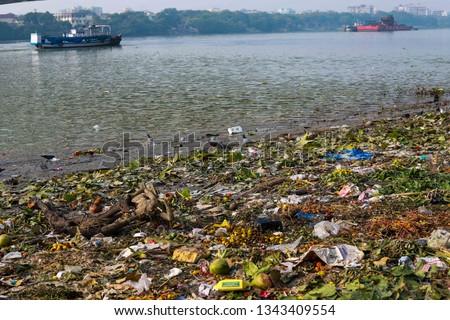 Water pollution in Indian river ganga . Polluted river ganga in Kolkata city near Howrah bridge.  Foto stock ©