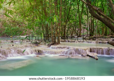 Waterfall in deepwooden swing in Wang Kan Luang Waterfall for relaxation natural therapy, Lopburi province Thailand rain forest jungle at Wang Kan Luang Waterfall, Lopburi province Thailand. Stockfoto ©