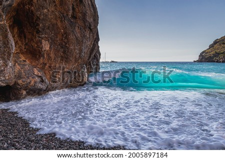 Wave braking on the shore of sa calobra in the valley of the torrent de pareis Foto stock ©