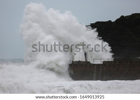 Waves pound against the harbour wall at Portreath, Cornwall, as the UK is hit with weather disruption for the second weekend in a row as Storm Dennis sweeps in. Zdjęcia stock ©
