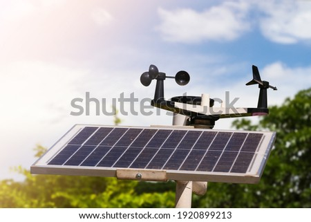 Weather station or a meteorological instrument with solar cell system to measure the wind speed. Foto stock ©