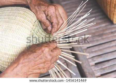 weaving bamboo basket wooden / old senior man hand working crafts hand made basket for nature product in Asian Foto d'archivio ©