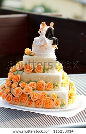 Wedding cake with figurines.