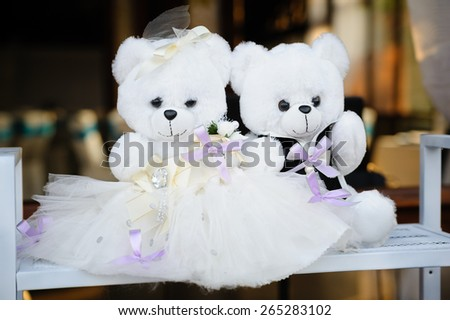 wedding decor at restaurant with two bears